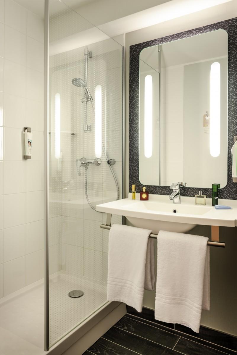 ibis paris 17 clichy batignolles salle de bain. Black Bedroom Furniture Sets. Home Design Ideas
